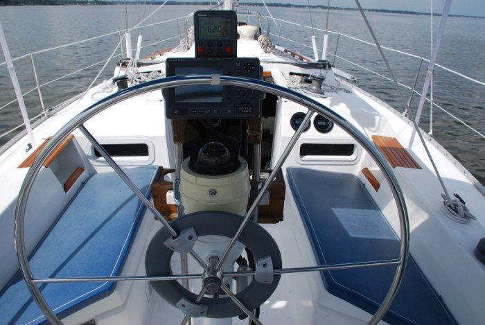 Click image for larger version  Name:Hunter 34 1983 EBayBIN $22K cockpit.jpg Views:381 Size:70.3 KB ID:109155