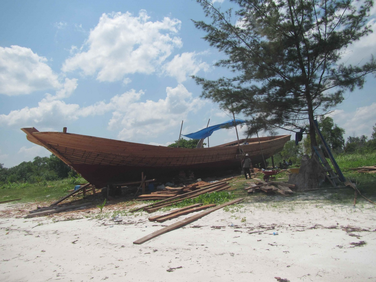 Click image for larger version  Name:Indonesian beach boat construction.jpg Views:52 Size:430.7 KB ID:113689