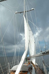 Click image for larger version  Name:M-attempting%20to%20sail%20off%20grounding%20with%20jury%20rig.jpg Views:80 Size:65.3 KB ID:125215