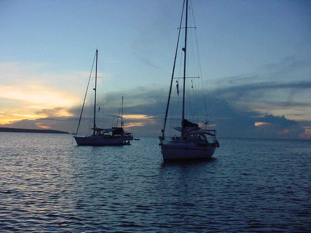 Click image for larger version  Name:Por-do-sol rio tapajos 03 veleiros.JPG Views:23 Size:127.9 KB ID:155497
