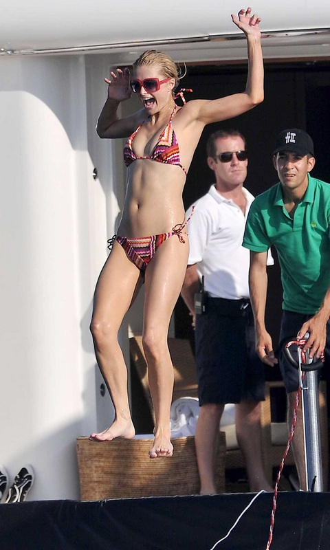 Click image for larger version  Name:gallery_main-paris-hilton-topless-pictures-09.jpg Views:141 Size:133.4 KB ID:31030
