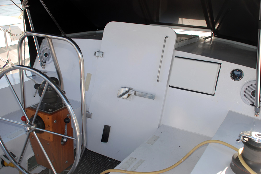 Click image for larger version  Name:44 offshore cockpit copy.jpg Views:91 Size:181.1 KB ID:54232