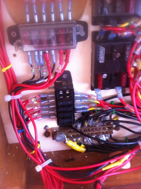 Click image for larger version  Name:burnt out fuse box.jpg Views:96 Size:159.2 KB ID:92853