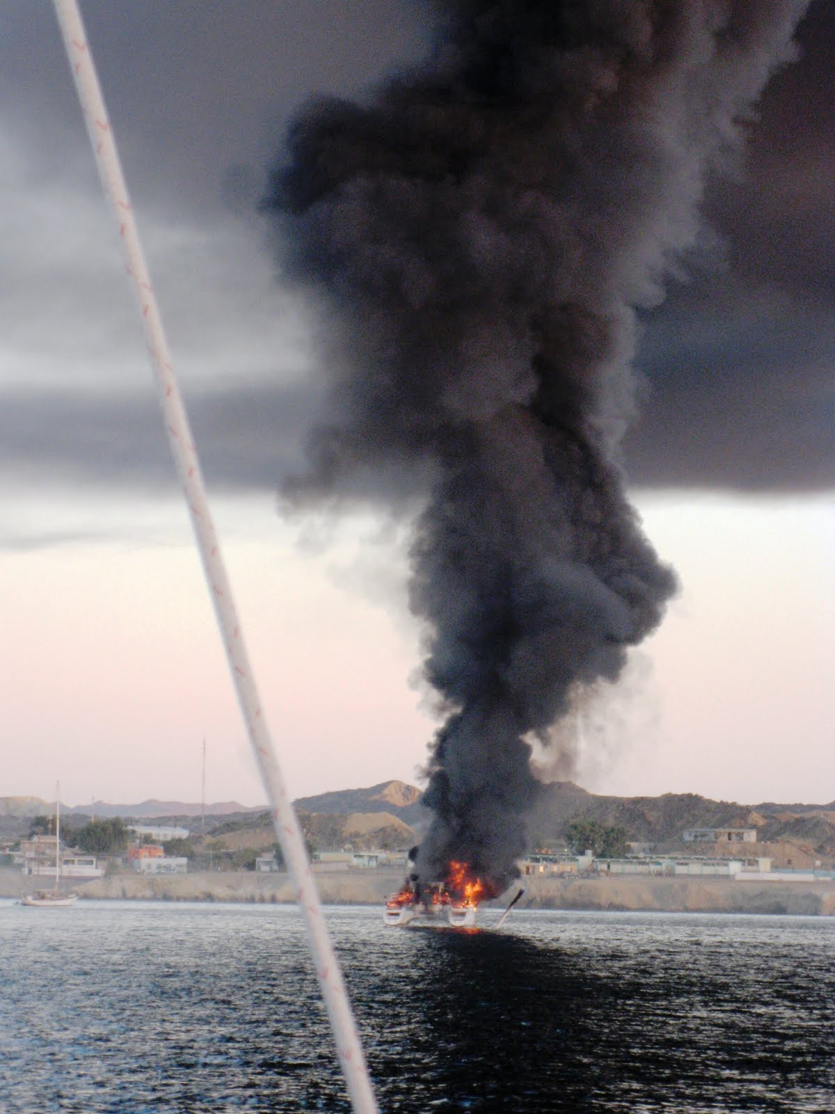 Click image for larger version  Name:boat-explosion20.JPG Views:180 Size:186.7 KB ID:97652